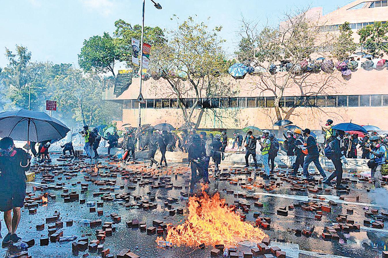 大學保衛戰,從中大轉為理大。圖為11月17日香港理工大學,抗爭者與警察對峙。(宋碧龍/大紀元)