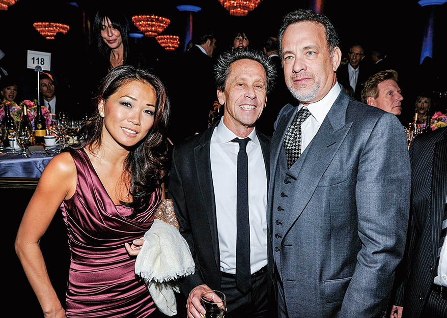 2012年2月11日,布萊恩·葛瑟(中,Brian Grazer)和演員湯姆·漢克斯(右,Tom Hanks)及Keli Lee(左)參加2012格萊美頒獎典禮。湯姆·漢克斯因主演電影《美人魚》而一舉成名。(Larry Busacca/Getty Images For The Recording Academy)