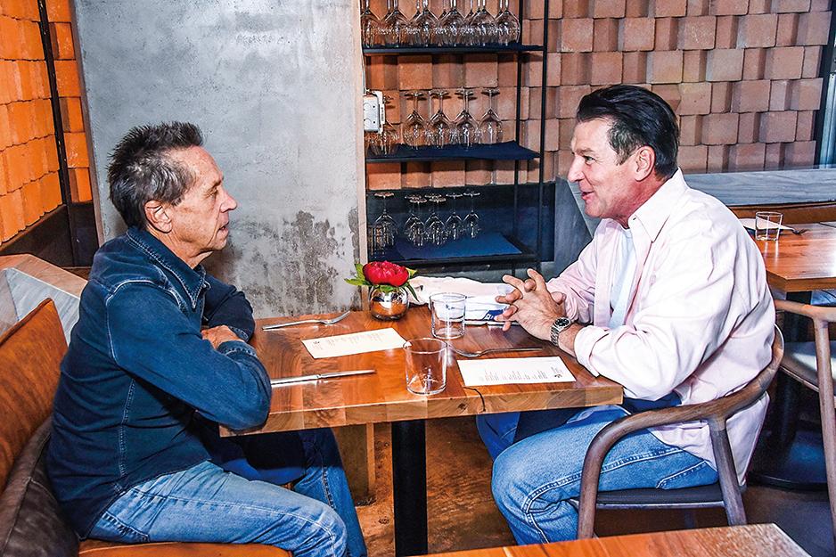 2018年10月19日,布萊恩·葛瑟(左二,Brian Grazer)和特技演員埃迪·布勞恩(Eddie Braun)於好萊塢參加「與領袖共進午餐」活動。(Araya Diaz/Getty Images for CIS)