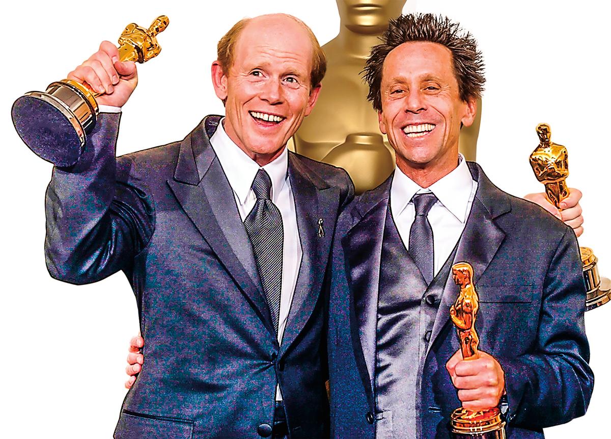 2002年3月24日,布萊恩·葛瑟(右,Brian Grazer)和好萊塢名導演朗·霍華(左,Ron Howard)榮獲電影《美麗境界》奧斯卡最佳導演和最佳影片獎。(MIKE NELSON/AFP/Getty Images)