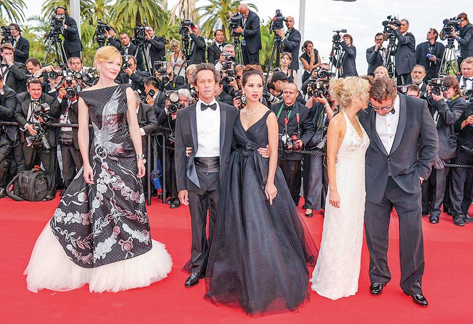 2010年5月12日於法國坎城,布萊恩·葛瑟(左二,Brian Grazer)和Chau-Giang Thi Nguyen參加第63屆坎城影展及電影《羅賓漢》首映。其它演員:凱特·布蘭琪(左一,Cate Blanchett)、丹妮爾·斯賓塞(右二,Danielle Spencer)和羅素·克洛(右一,Russell Crowe)。(Michael Buckner/Getty Images)