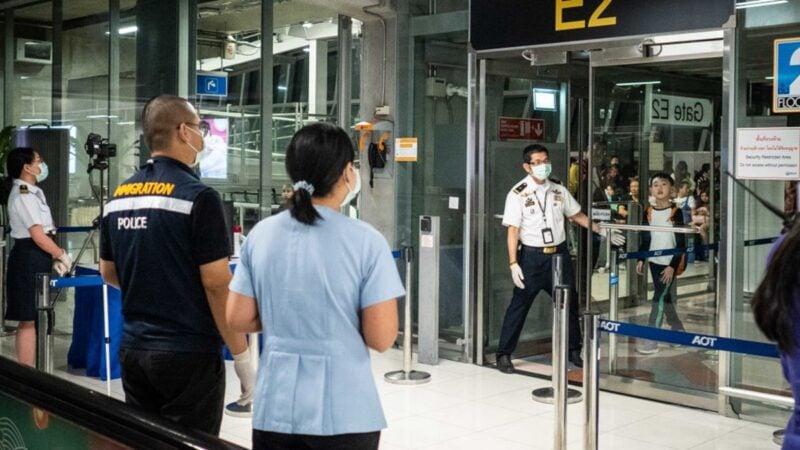 世界衛生組織(WHO)1月13日證實泰國出現首宗武漢肺炎病例;1月14日警告武漢肺炎可人傳人,需為防止發生大規模擴散做好準備。圖為1月8日,為應對武漢肺炎疫情,泰國曼谷機場開始對旅客進行熱掃瞄。(Lauren DeCicca/Getty Images)