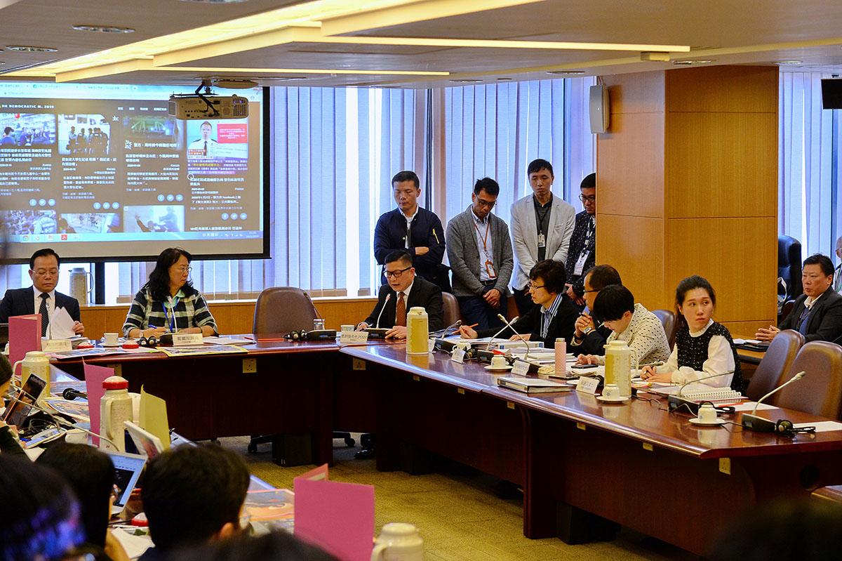 鄧炳強昨日下午出席中西區區議會會議,會議通過譴責鄧炳強監管警隊不力動議。(宋碧龍/大紀元)