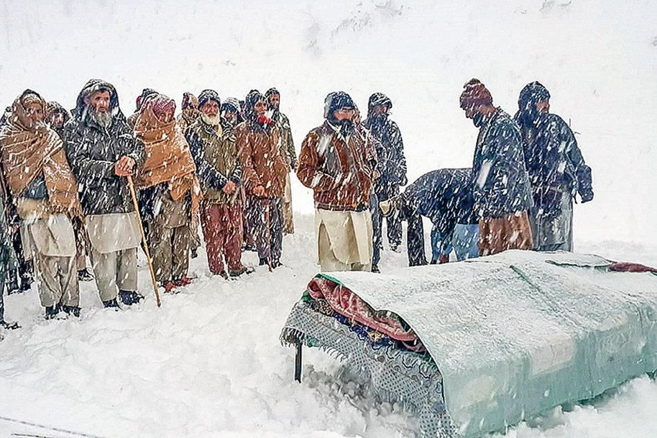 1月15日,巴控克什米爾地區的人們為在大雪中喪生的親人舉行喪禮。(AFP)