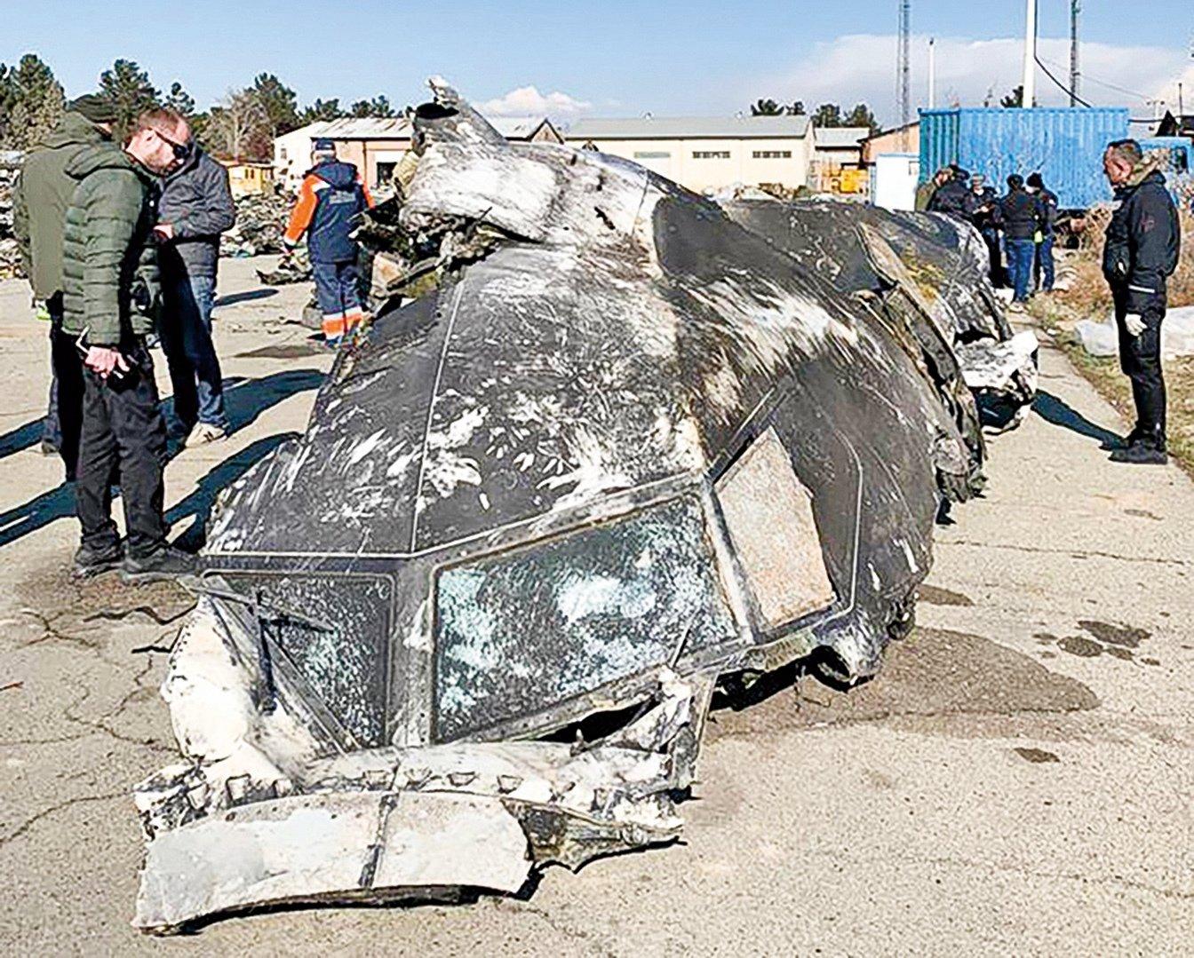 一架烏克蘭航空公司的飛機1月8日在伊朗墜機,《紐約時報》報道,該飛機在半分鐘內遭到兩枚飛彈的攻擊。圖為飛機殘骸。(AFP)