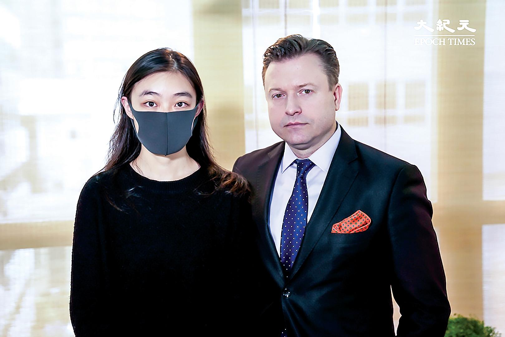 香港大專學界國際事務代表團發言人邵嵐與主持人楊傑凱合照。(大紀元)