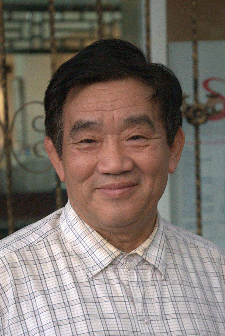 楊繼繩(1940年11月),湖北省浠水縣人,新華社退休記者、教授,2008年出版他的代表作《墓碑》。(公共領域)