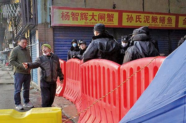 武漢華南海鮮市場已被封鎖。本港學者指,武漢有機會已出現新型冠狀病毒社區擴散。建議大陸當局應篩查其它武漢的市場,甚至周邊的地方。(NOEL CELIS/AFP via Getty Images)