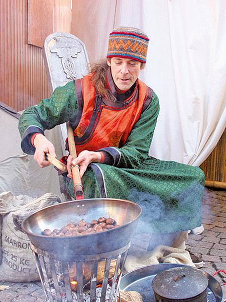 德國小城Fulda的聖誕市場中,復古的炒栗子。(曹工/大紀元)