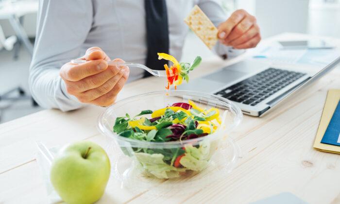 在緊張的忙碌中,別忽略了自己的胃。即使是一個忙碌且想保持身材的女孩,午餐也要吃! (Illustration - Shutterstock)