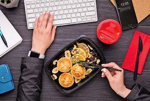 在辦公桌上吃午餐不利健康
