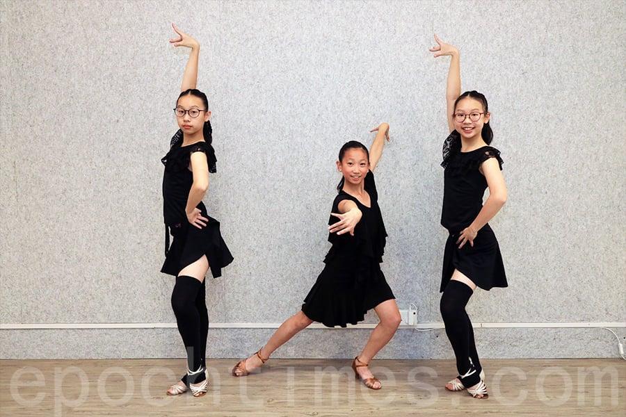 雙胞胎陳氏姊妹和12歲的莫曉林分別展示雙人與單人的拉丁舞,對舞蹈興趣盎然的她們在學習舞蹈的過程中不斷進步。(陳仲明/大紀元)