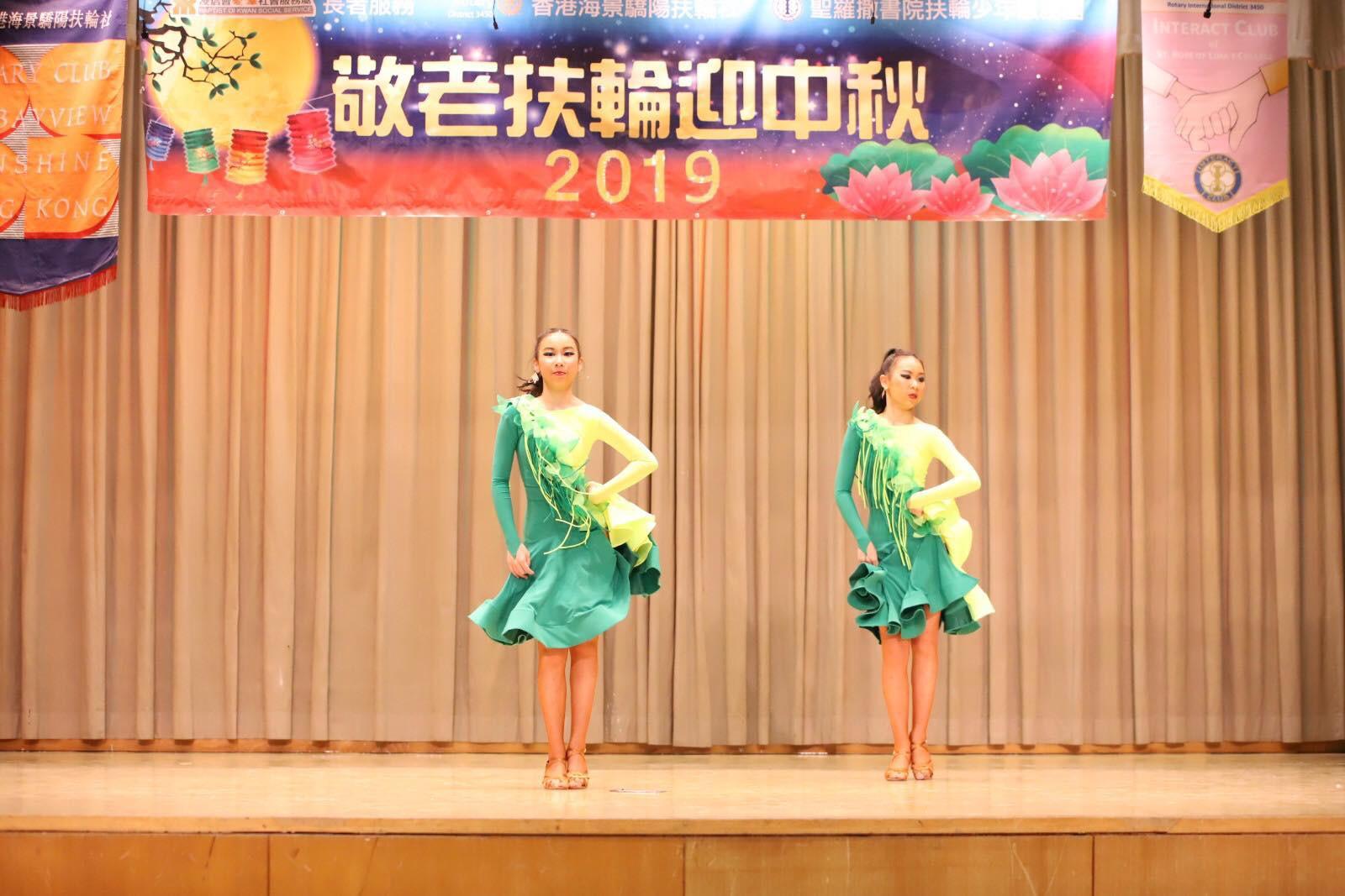 雙胞胎姊妹陳樂妍和陳樂蕎學習拉丁舞已有七年,今年12歲的她們配合起來親密無間。(受訪者提供)