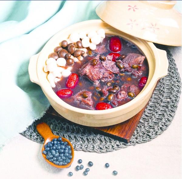 營養的黑豆排骨湯。