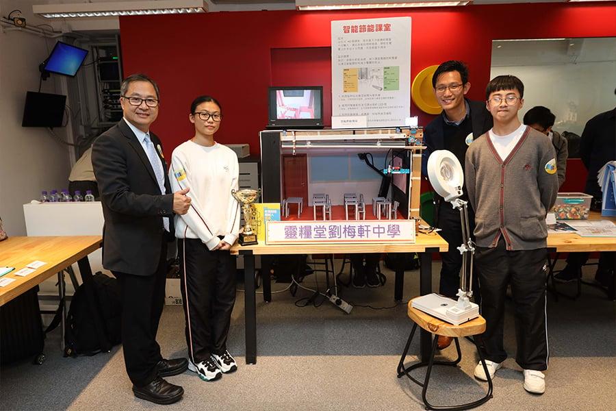 靈糧堂劉梅軒中學師生與展品智能節能課室。(主辦機構提供)