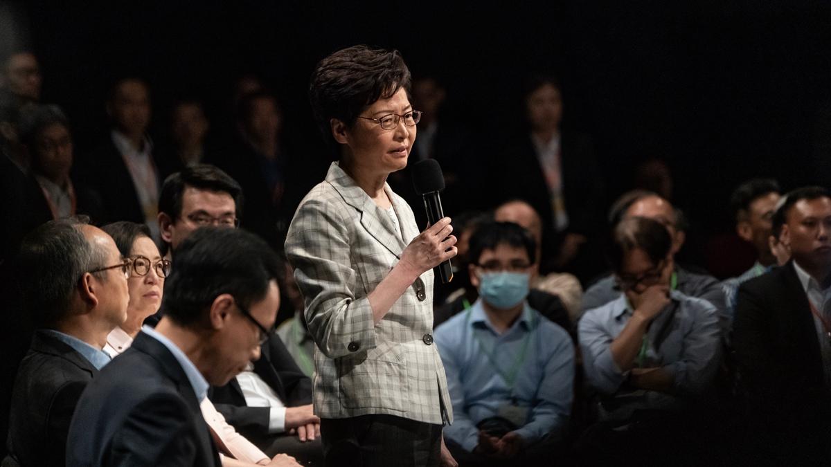 特首林鄭月娥16日在立法會答問大會上聲稱,相信「一國兩制」在2047年後不會改變引眾怒。(Anthony Kwan/Getty Images)