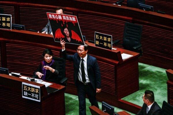 公民黨議員郭家麒手舉批評林鄭的標語。(ISAAC LAWRENCE/AFP via Getty Images)