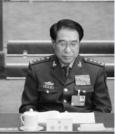 有內部消息披露,徐才厚是患愛滋病併發症去世。其早在2002年就被查出性病,而且被列為「嚴重」一級。不過,江仍提拔其為軍委副主席,屬典型的「帶病晉升」。(網絡圖片)