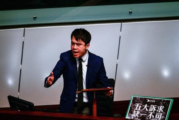民主黨議員鄺俊宇大罵林鄭「官到無賴膽自大」。(ISAAC LAWRENCE/AFP via Getty Images)