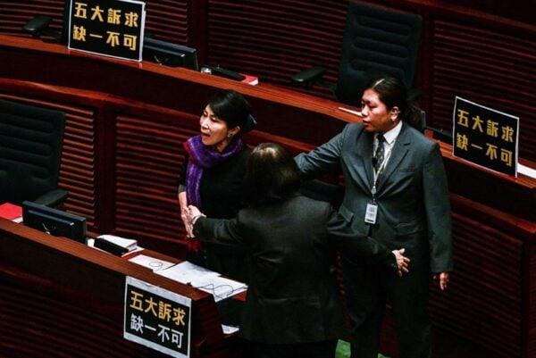 民主派議員毛孟靜聽聞大怒,拍桌大罵林鄭「你這個騙子」。(ISAAC LAWRENCE/AFP via Getty Images)