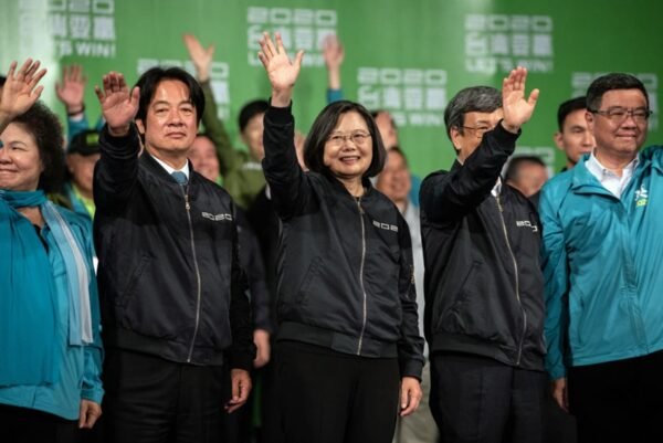 1月11日晚,蔡英文(中)高票勝選連任總統。(Carl Court/Getty Images)