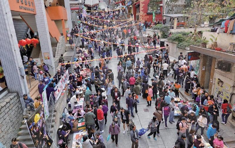 位於中西區正街的「山城年宵」,雖然沒有牌照,不設現金交易,但攤位照擺,現場人頭湧湧。(梁珍/大紀元)