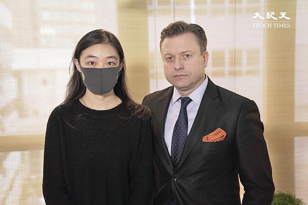 邵嵐(左)與主持人楊傑凱合照。(大紀元)