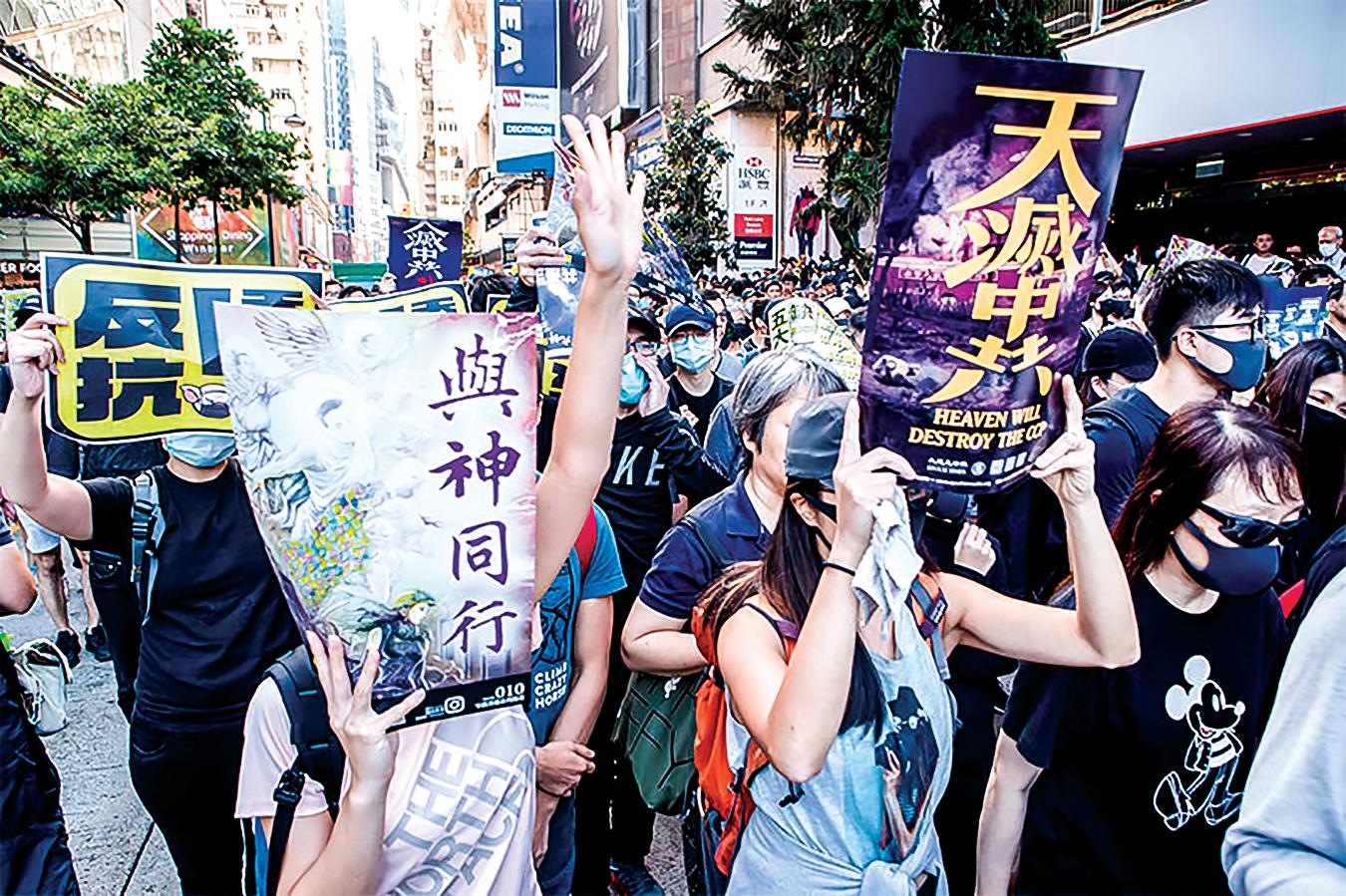 遊行隊伍中,大批市民手持「天滅中共」、「與神同行」的海報。(余鋼/大紀元)
