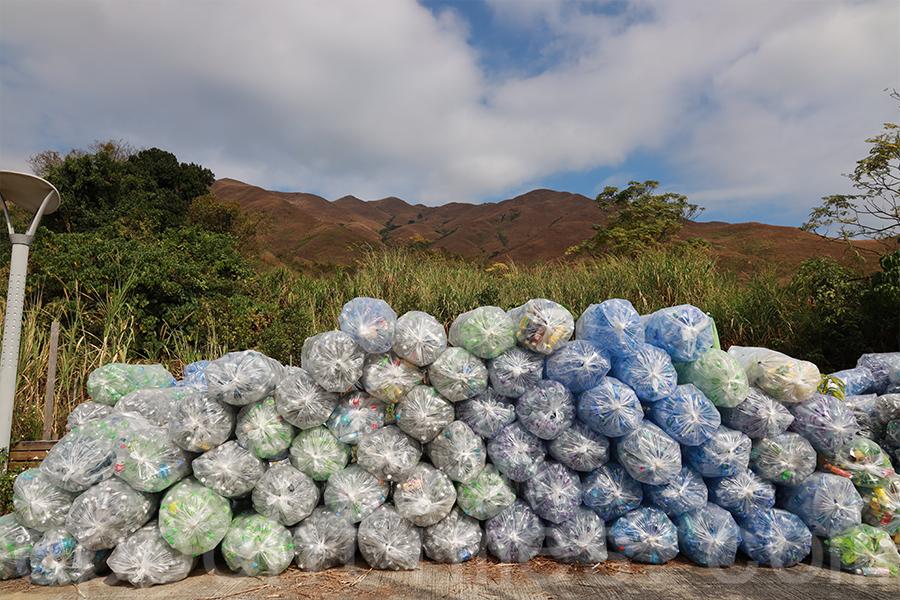 在錦田大江埔農莊的一隅,存放了約8萬個、共2噸重的膠樽,這是社企V Cycle僅一個月的回收量。(陳仲明/大紀元)