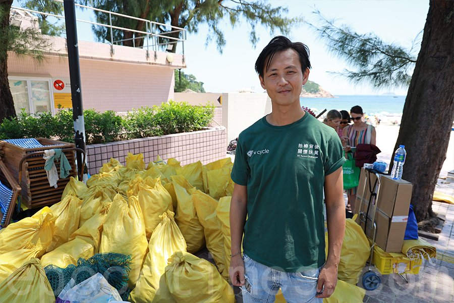 石澳海灘清潔活動,短短兩個小時便拾獲約2,800個膠樽。(曾蓮/大紀元)
