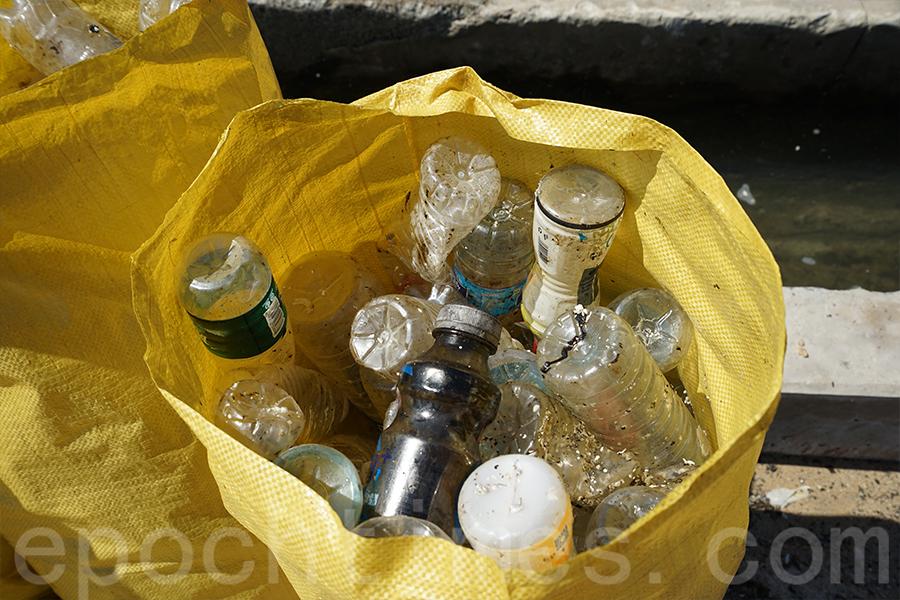 Eric相信沙灘清潔不在於量,教育意義比較重要,市民可透過活動了解減少用塑膠及乾淨回收的重要性。(陳仲明/大紀元)