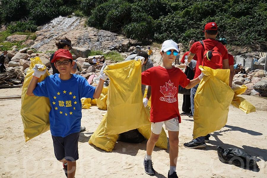 清潔海灘活動過程中有不少孩子的身影。(陳仲明/大紀元)