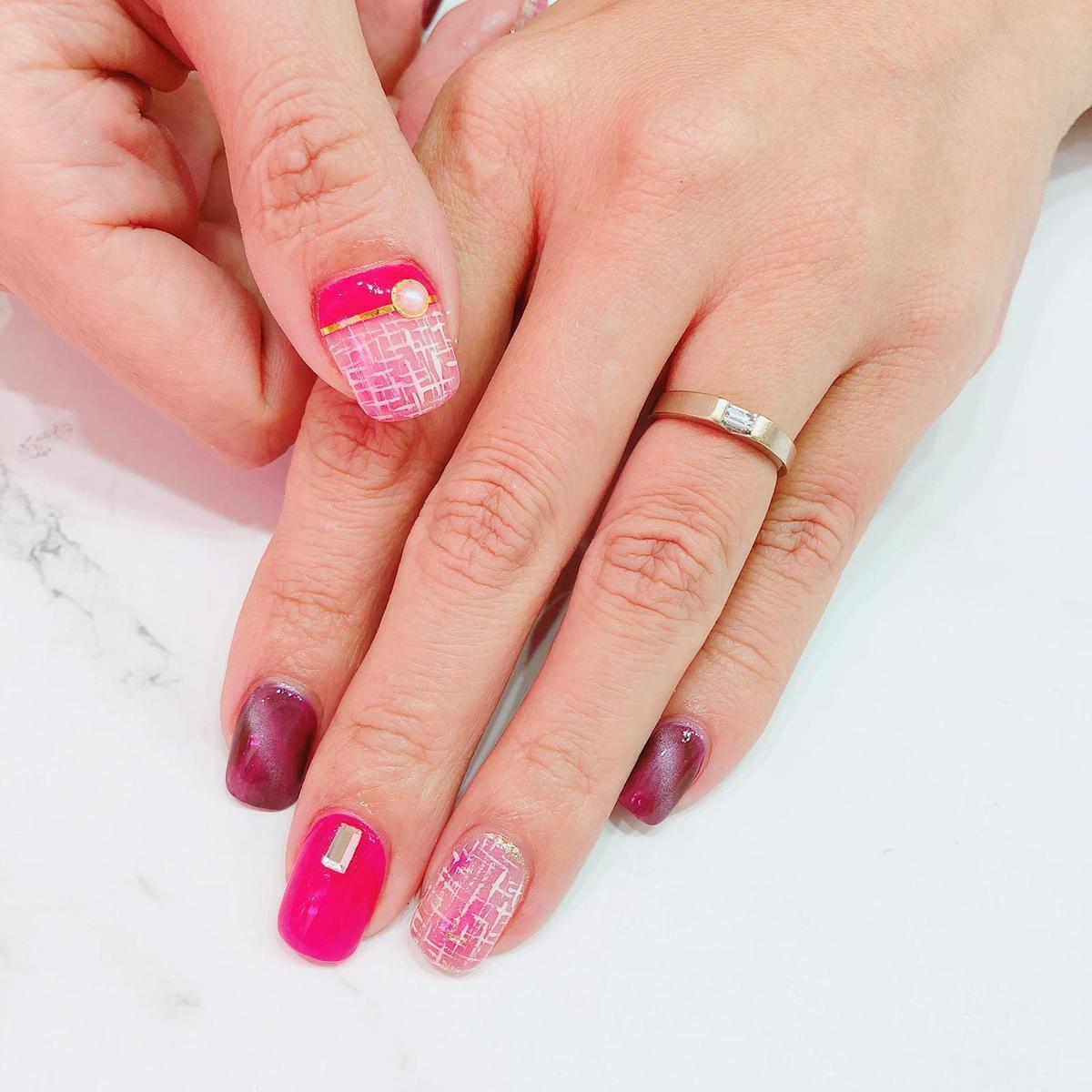 紫紅、桃紅加粉色的搭配,會令指甲顯得更有層次感,表現出十足的活力,適合年輕的女孩。(Suki Nail提供)