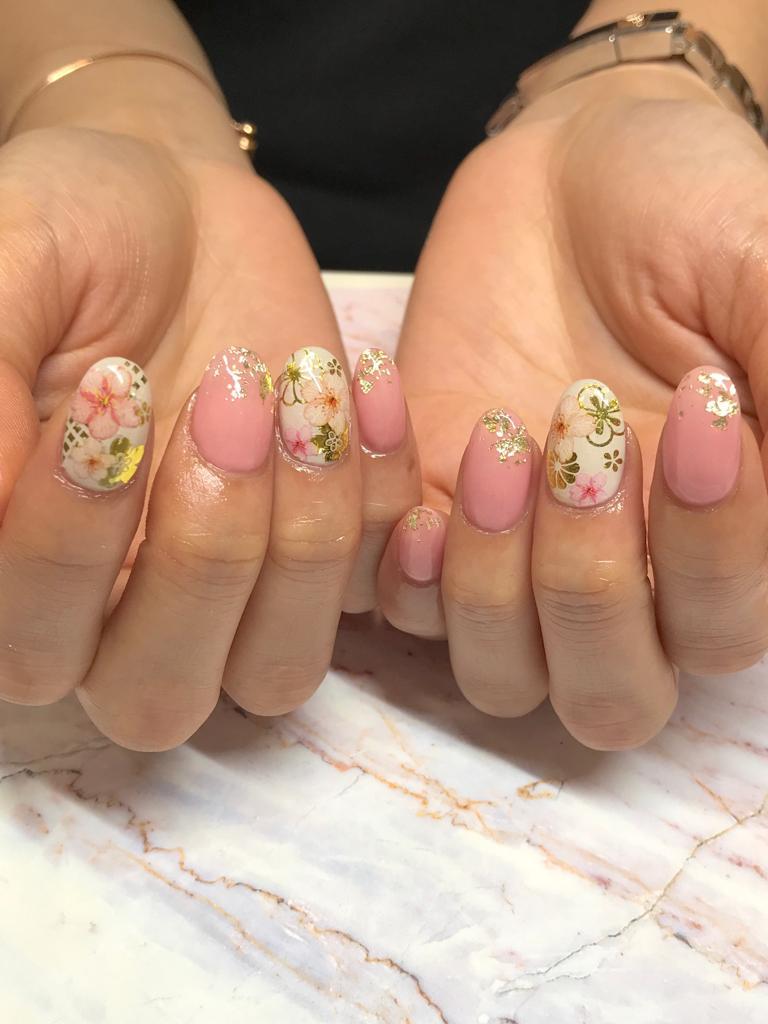 花開富貴,粉色與金色的花朵綻放,伴隨著滿滿的祝福。(Suki Nail提供)
