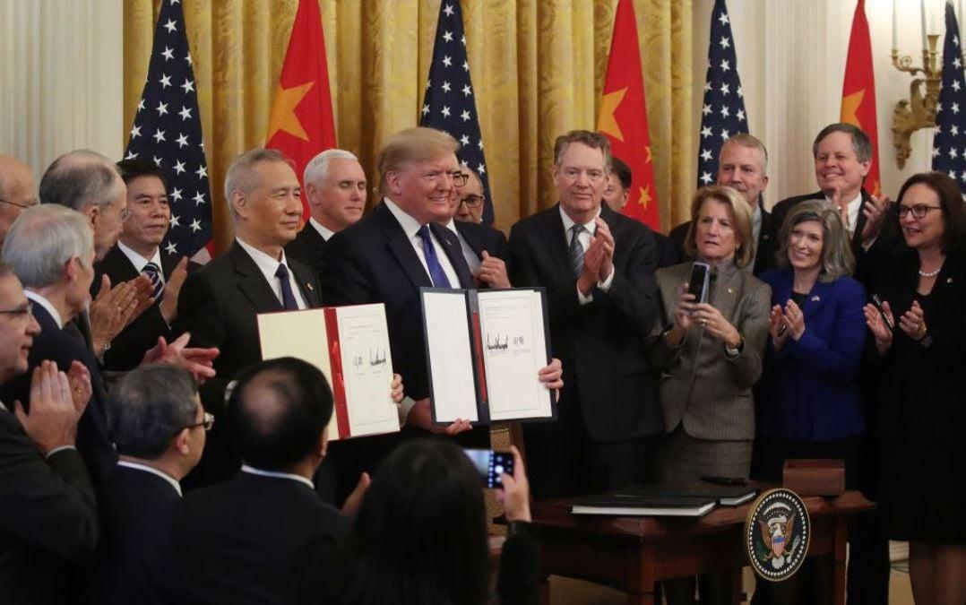 美國總統唐納德・特朗普2020年1月15日與中國國務院副總理劉鶴在白宮東廳簽署了中美第一階段貿易協議。(Mark Wilson/Getty Images)