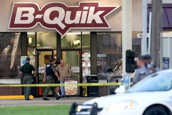 美國路易斯安那州巴頓魯治市於2016年7月17日,發生近日的第二宗黑人退伍軍人槍殺警察案,其中一名被槍擊致死的黑人警察傑克遜,生前曾在臉書寫下對目前的警民關係感到身心俱疲。本圖為槍手槍殺3警致死的現場。(Sean Gardner/Getty Images)