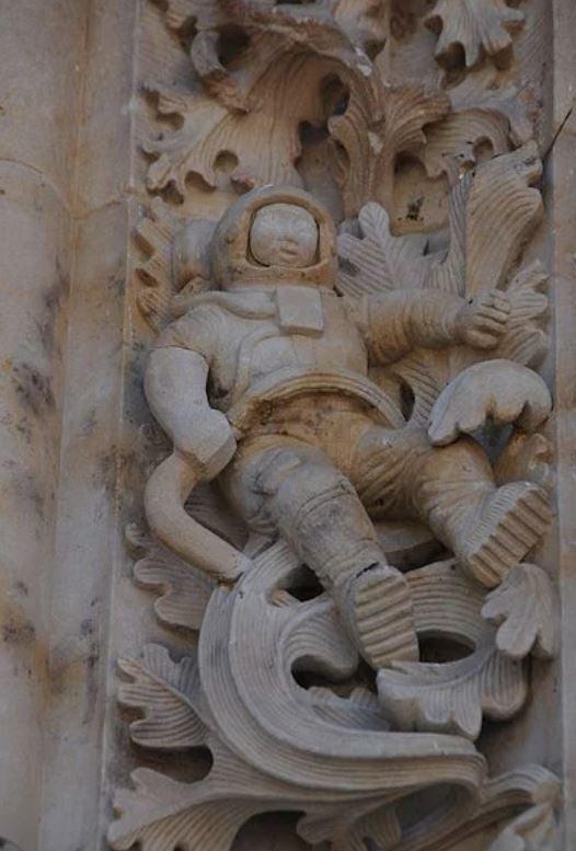 西班牙一個大教堂上竟有著神秘的太空人浮雕、(public domain)
