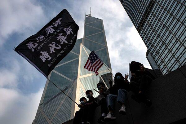 1月19日下午,香港民眾在中環遮打花園舉行「天下制裁」集會(PHILIP FONG/AFP via Getty Images)