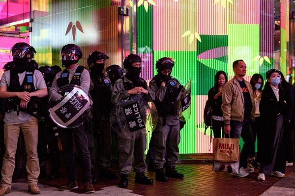 警方在地鐵出口戒備,截查市民。(PHILIP FONG/AFP via Getty Images)