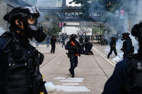 警方下令終止集會,隨後發射催淚彈驅散人群並逮捕多人。(PHILIP FONG/AFP via Getty Images)