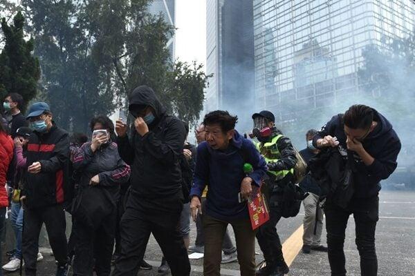 警方向毫無防護的市民發射催淚彈。(PHILIP FONG/AFP via Getty Images)