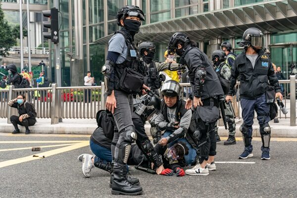 警方逮捕一名抗爭者。(Anthony Kwan/Getty Images)