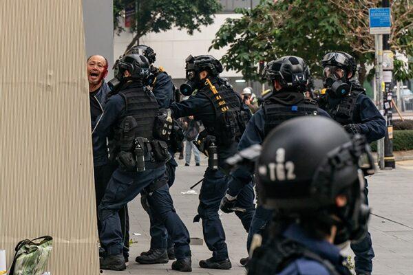 一名年長者被警方毆打拘捕,頭部流血。(Anthony Kwan/Getty Images)