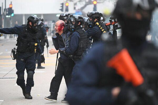 一名年長者被警方毆打拘捕,頭部流血。(PHILIP FONG/AFP via Getty Images)