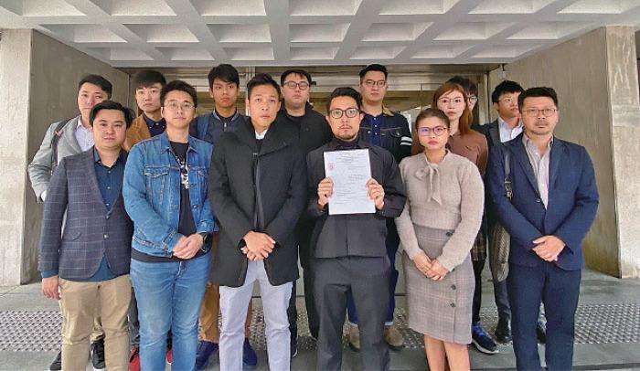 羅庭輝(前排右三)昨日向高等法院提出選舉呈請,他在胞弟、北區區議會主席羅庭德、立法會議員朱凱廸、多名區議員陪同下到庭。(羅庭輝Facebook圖片)