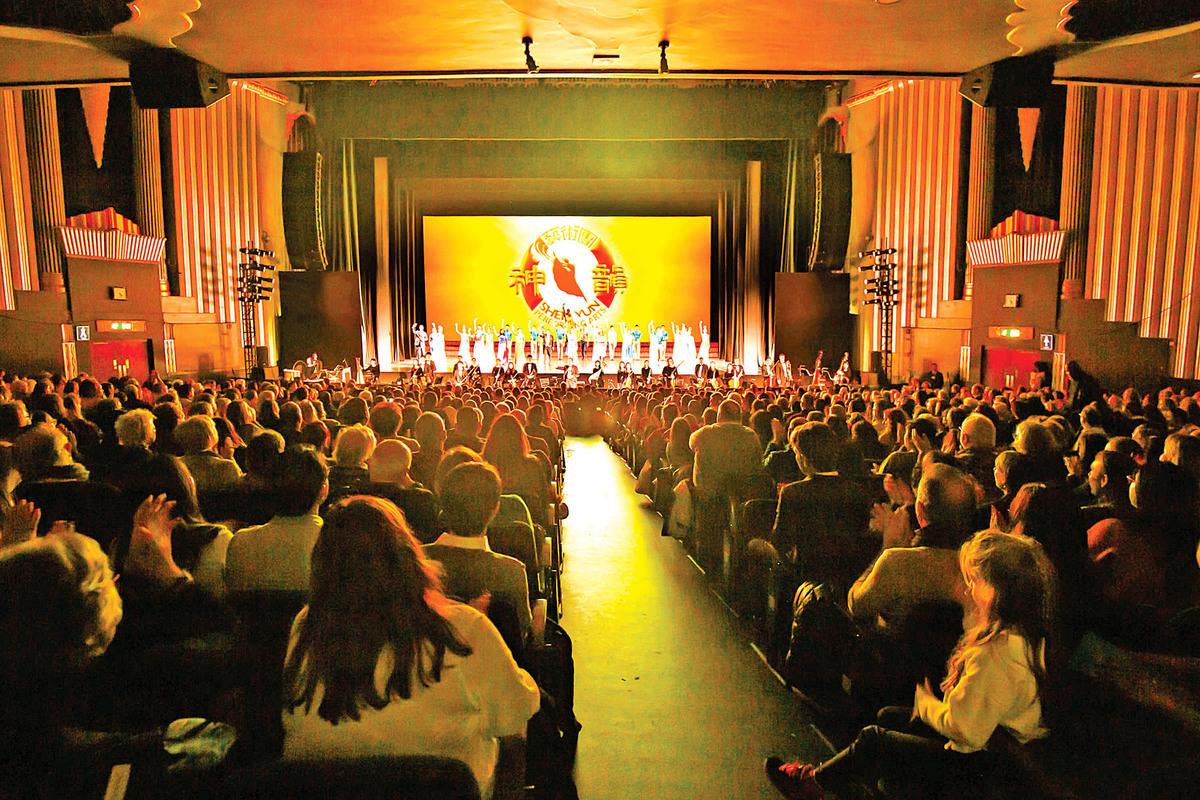 18 日,神韻國際藝術團在英國倫敦 Eventim Apollo 劇院的演出現場。(羅元/大紀元)