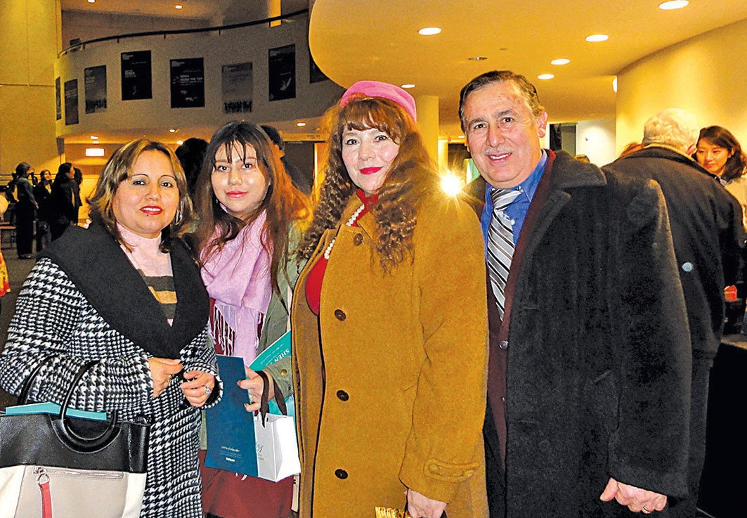 18日晚,工程公司老闆Miguel Moreno(右一)為太太(右二)慶生,帶全家首次觀看神韻演出。(蘇菲/大紀元)