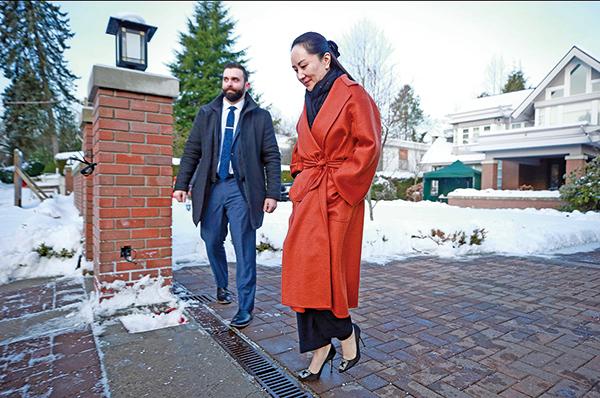 本月17日,一身名貴服飾的孟晚舟,在起碼2名保鑣護送下,離開其溫哥華豪宅,到法院應訊。(Jeff Vinnick/Getty Images)