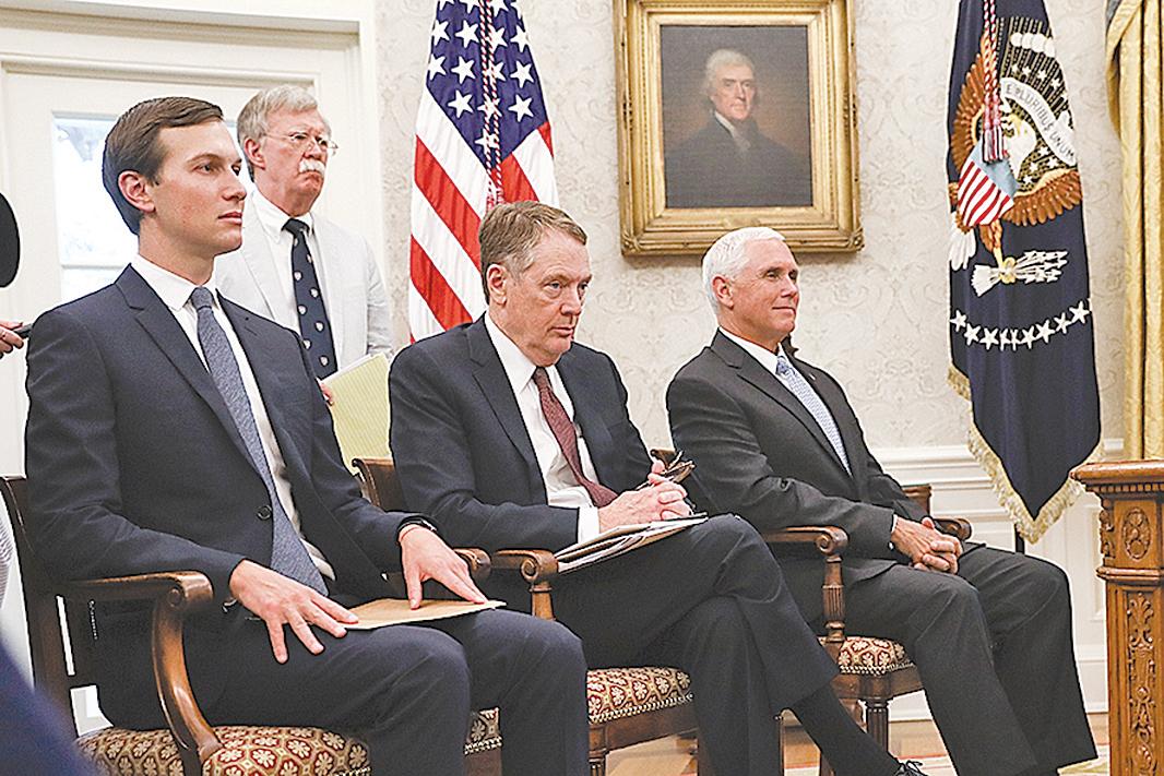 在中美第一階段貿易協議簽字儀式上,特朗普既讚揚了貿易代表萊特希澤,也讚揚了庫什納。圖為2018年8月27日,庫什納(左一)參加白宮會議。(Samira Bouaou/大紀元)