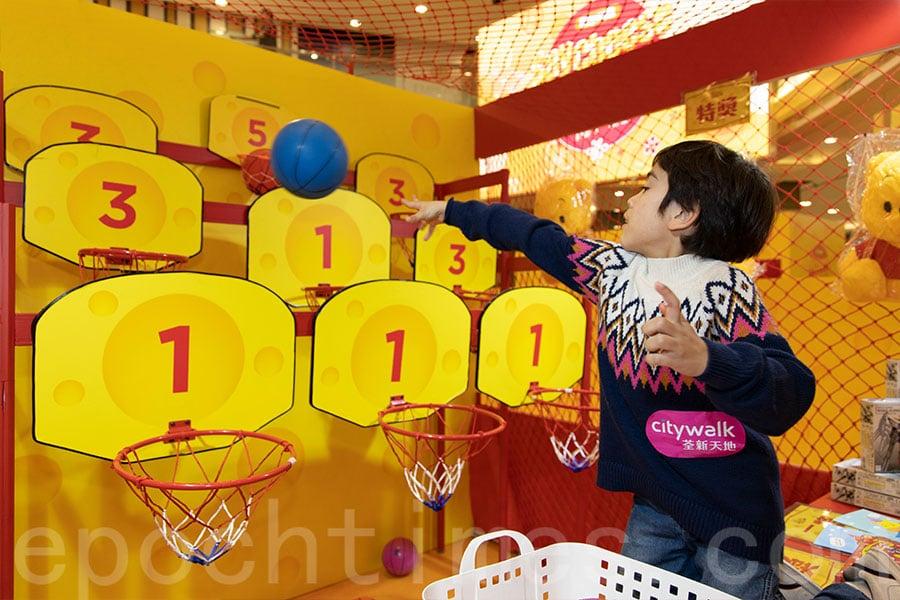 在「鴻運當投」遊戲攤位既可一展身手,又可贏取禮品。(陳仲明/大紀元)